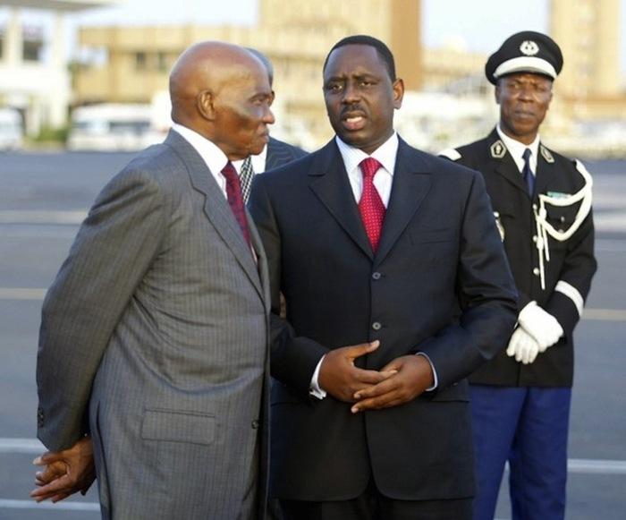 """L'actuel Président Macky Sall, accompagné de son prédécesseur Abdoulaye Wade du temps où le """"couple"""" filait le parfait amour."""